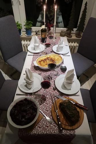 Roastbeef mit Kartoffelgratin und Rotweinschalotten (Tischbild)