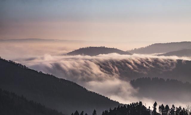 Un tsunami de brouillard se déverse dans la vallée
