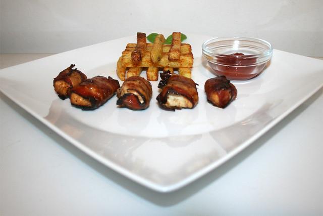 40 - Bacon wrapped chicken with home made french fries - Side view / Hähnchen im Schinkenmantel mit hausgemachten Pommes Frites - Seitenansicht