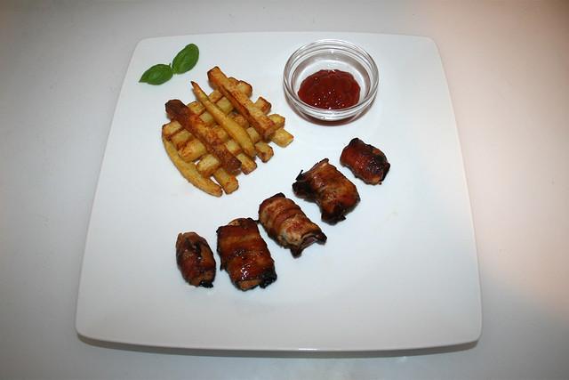 39 - Bacon wrapped chicken with home made french fries - Served / Hähnchen im Schinkenmantel mit hausgemachten Pommes Frites - Serviert