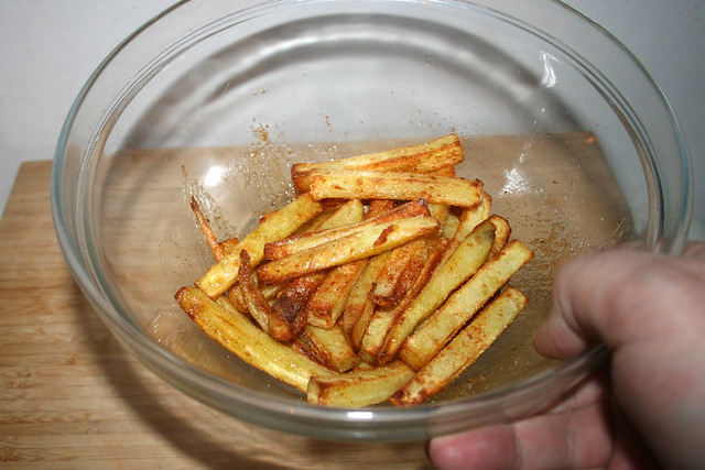 28 - Pommes in Gewürzen schwenken / Toss fries in seasonings