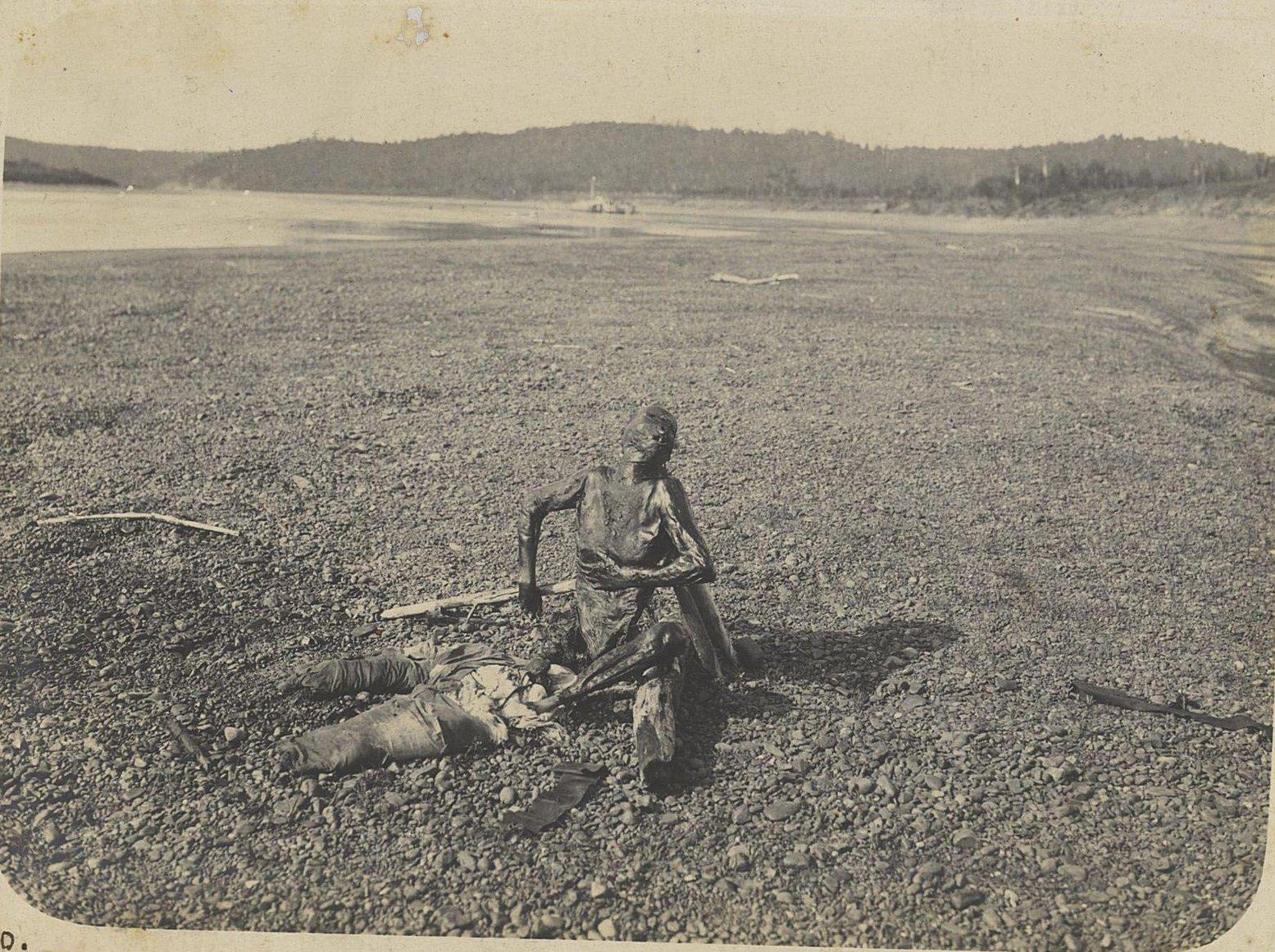 1600. Мумифицированный труп человека на берегу реки («Мёртвый китаец»)