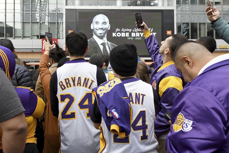 Kobe Bryant過世後球迷紛紛前往湖人主場外表達哀悼。(達志影像)