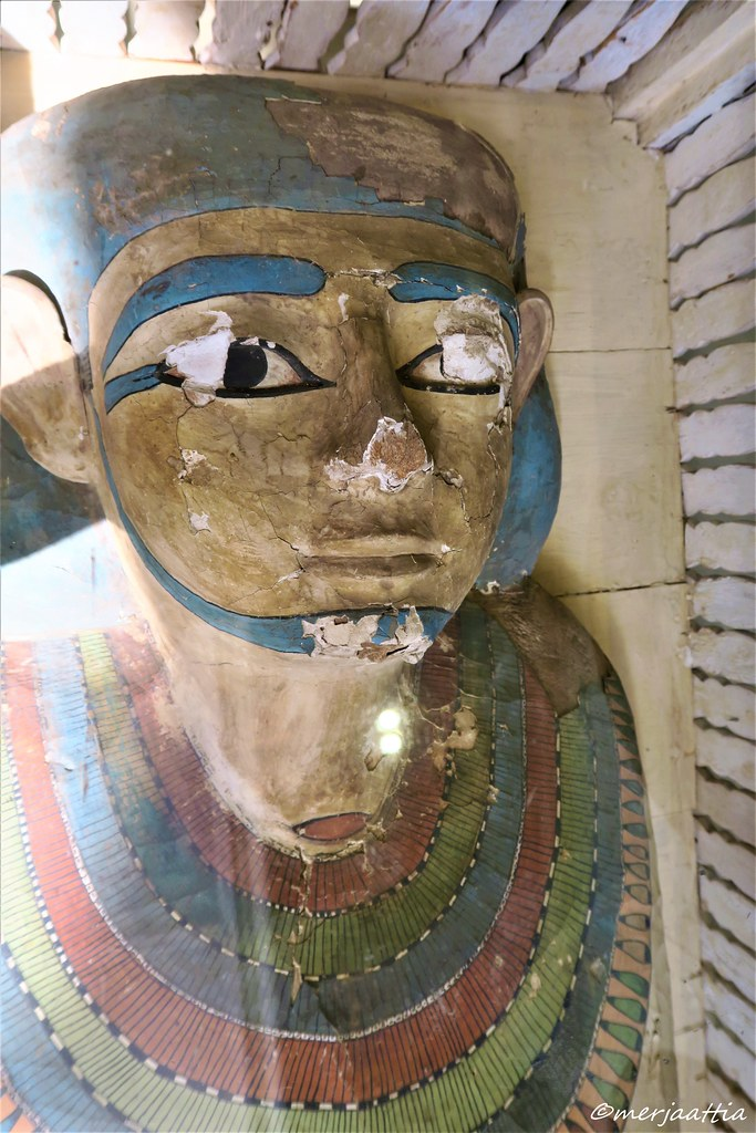 Face of the coffin lying on the lion-legged bed