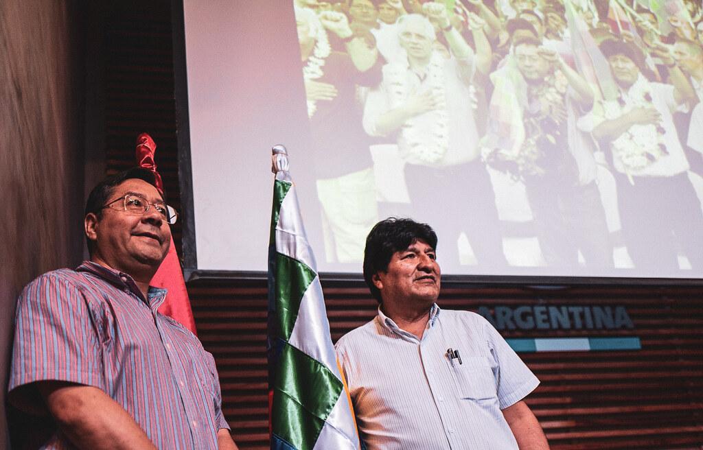 O candidato à presidência da Bolívia pelo Movimento ao Socialismo (MAS), Luis Arce Catacor – na foto, ao lado de Evo Morales – lidera as intenções de voto para o pleito de 3 de maio, com 26% (Foto: Divulgação)