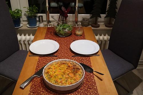 Möhrentarte mit Feldsalat (Tischbild)