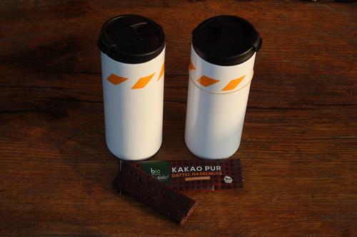 Kakao-Haselnuss-Riegel mit Datteln und Kakaonibs zu Kaffee