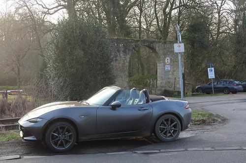 Unser Mazda MX-5 vorm Zugang des Hauses Marck bei Tecklenburg