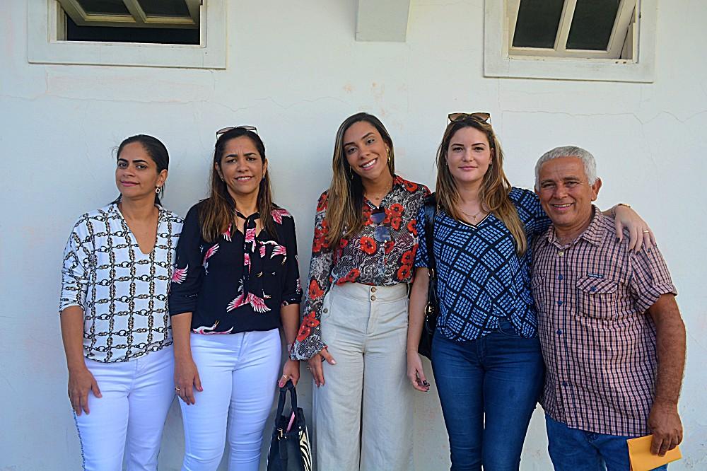 Emelly Pires e seus familiares, ao lado de Mayra Brito e Jorginho do Guarani