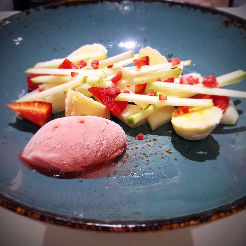 sorbete de fresas con ensalada de frutas
