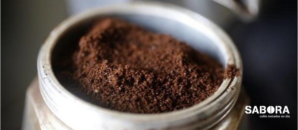Café molido fino en cafetera italiana