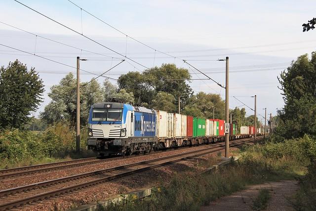 193 882 mit Containerzug in Moorburg, aufgenommen am 15.09.2019