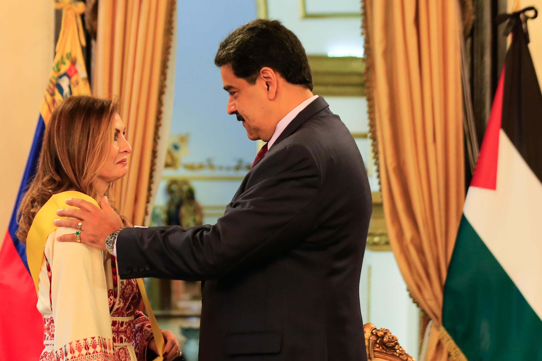 Presidente Maduro otorga Orden Francisco de Miranda a Embajadora de Palestina