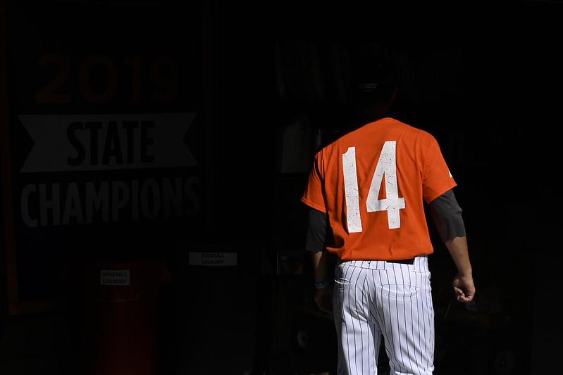 橘郡海岸學院棒球隊隊員開幕日穿上日前在直昇機事故中罹難的總教練John Altobelli使用的背號14號。(達志影像)
