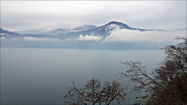 Lago d'Iseo con nubi basse