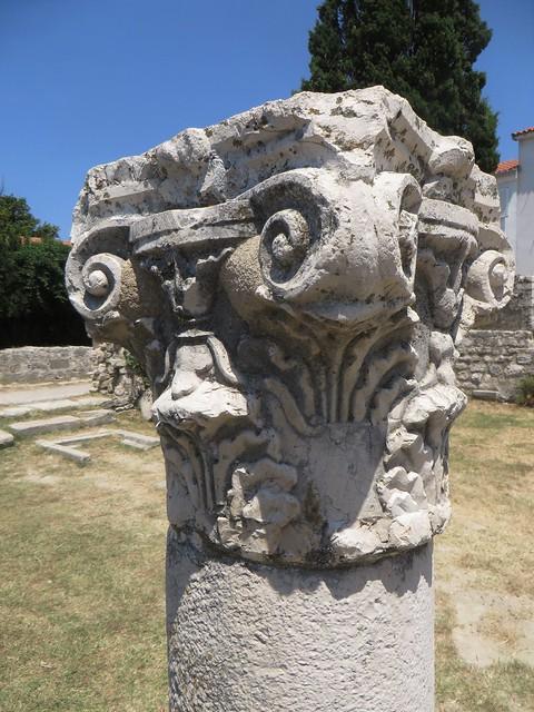 Chapiteau, ruines de la basilique St Jean (VIe-VIIe), Rab, île de Rab, Comitat de Primorje-Gorski Kotar, Croatie.
