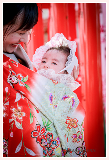 お宮参り 産着 ママに抱っこされる赤ちゃん コーデ