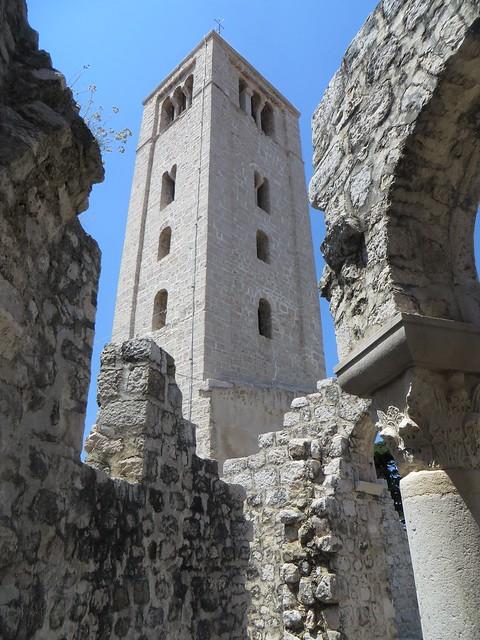 Campanile (XIIIe) dans les ruines de la basilique St Jean (VIe-VIIe), Rab, île de Rab, Comitat de Primorje-Gorski Kotar, Croatie.