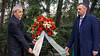 Der Kreisvorsitzende der Banater Schwaben Karlsruhe, Werner Gilde, und der Landesvorsitzende Richard S. Jäger legten am Denkmal einen Kranz für die Toten nieder