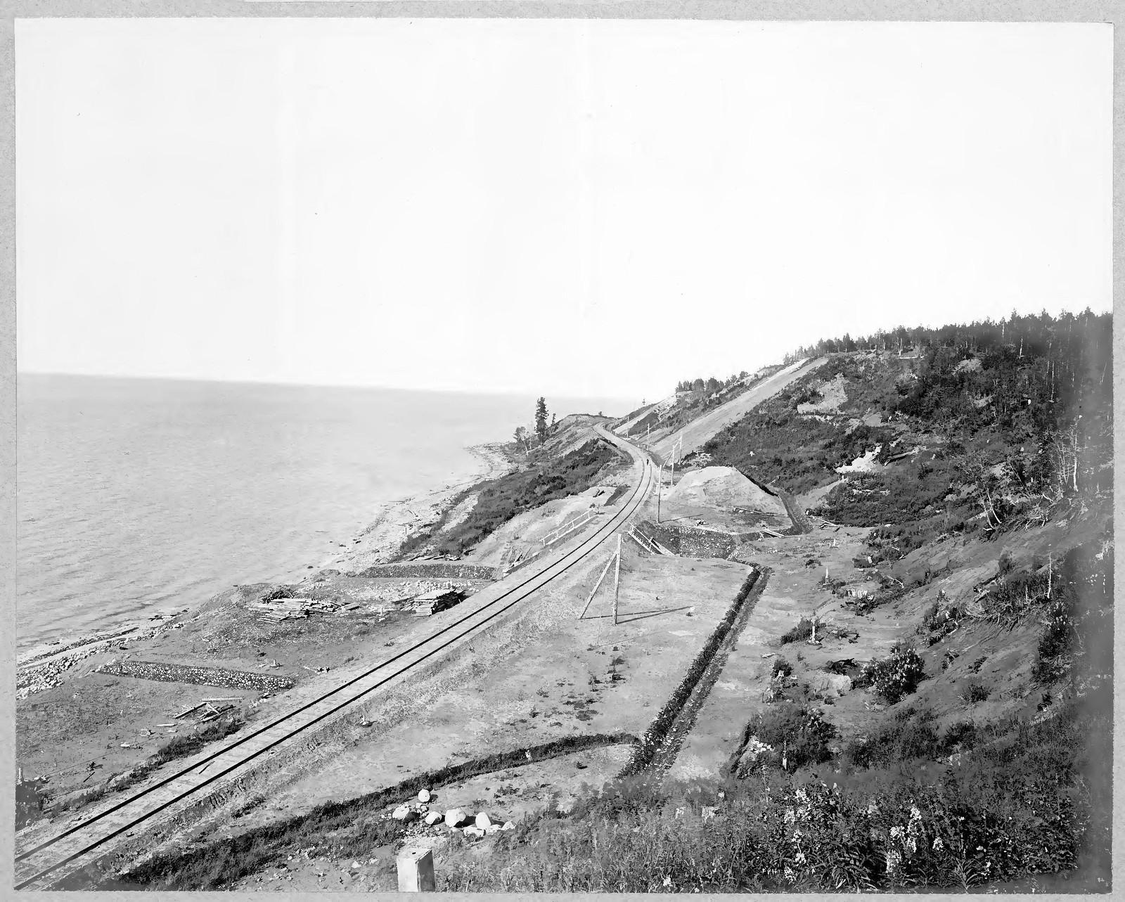 47. Вид участка железной дороги вдоль озера Байкал