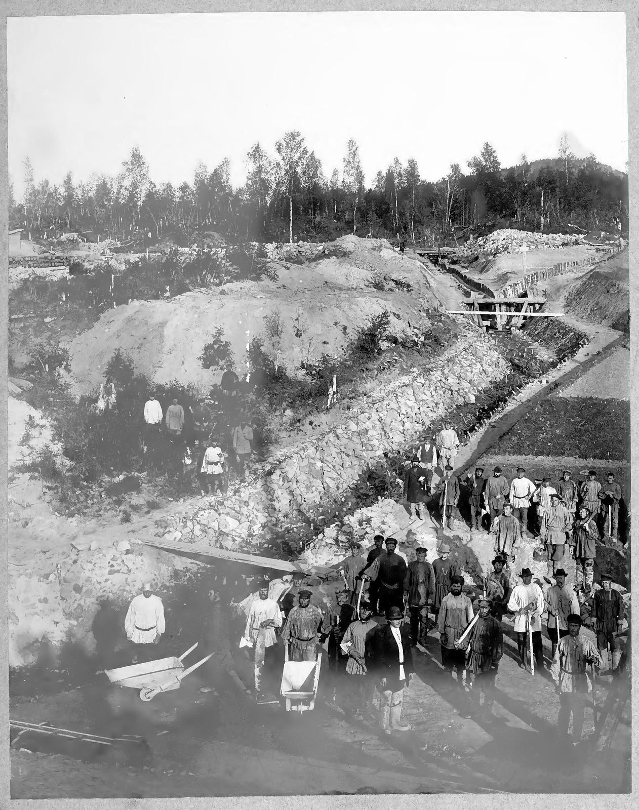 53. Строители железной дороги на дренажных работах