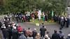 Neben dem Denkmal haben sich Fahnenträger mit den Kirchenfahnen mehrerer Banater Heimatgemeinschaften aufgestellt