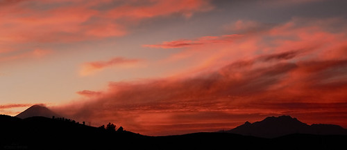 Panoramica en atardecer rojo Volcanes