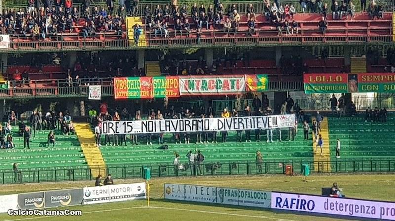 L'emblematico striscione esposto dai tifosi della Ternana ad inizio partita