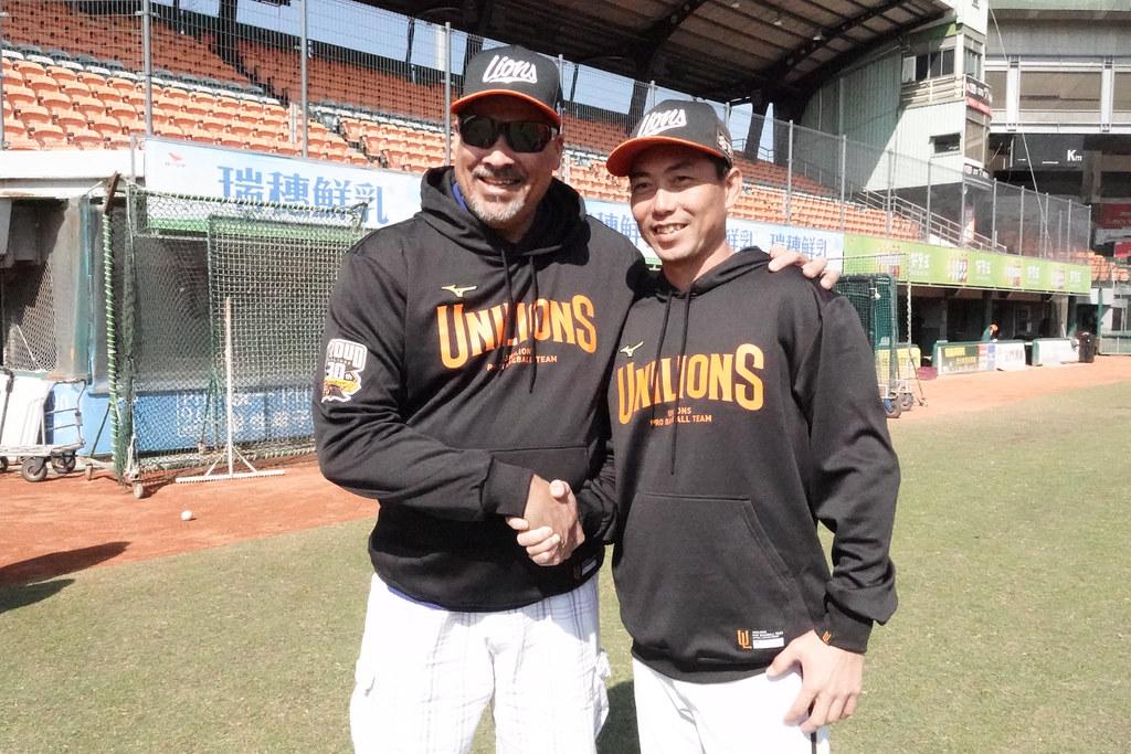 投手教練納瓦洛(左)與總教練林岳平。(統一獅提供)