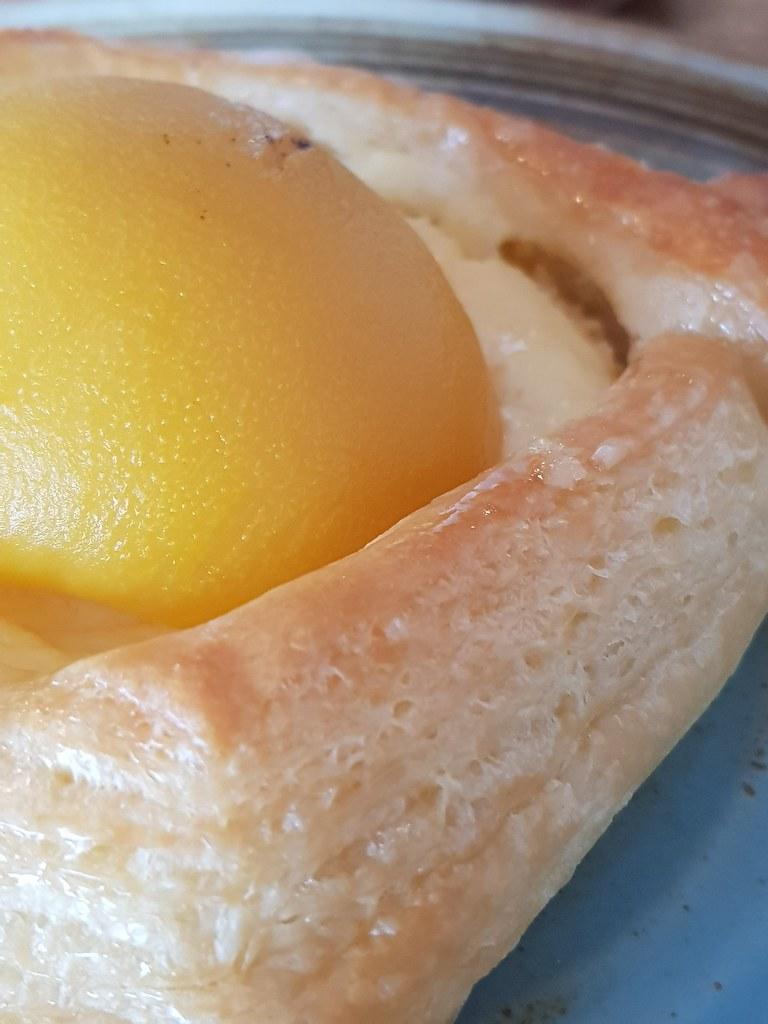水蜜桃塔 Peach Tart rm$7 & 拿铁 Latte rm$11 @ The Foxhole Bakery Cafe SS18