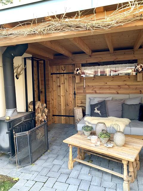 houtkachel onder de veranda