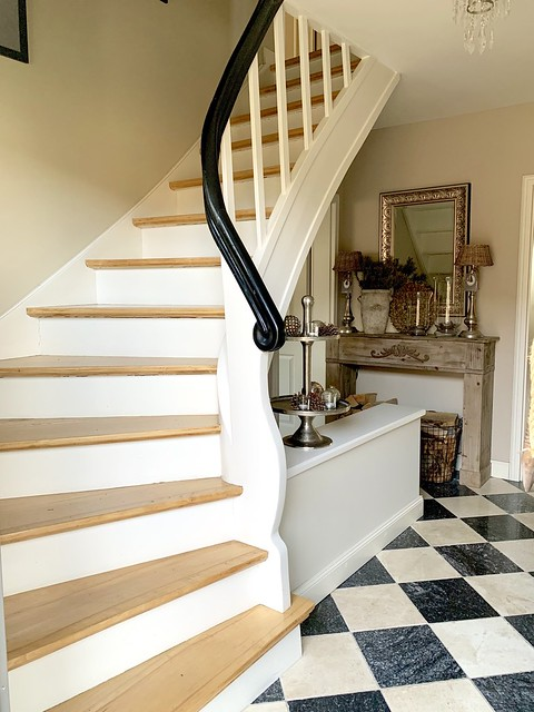 Klassieke trap zwartwit vloer hal