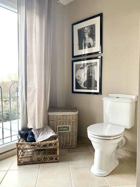 Rieten accessoires toilet zwartwit foto's