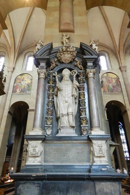 sepulcro relieves interior Catedral de Maguncia Mainzer Do Mainz Valle del Rin Alemania 01