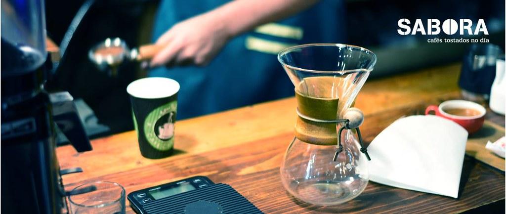 Cafeteira Chemex con barista  detras preparando expreso