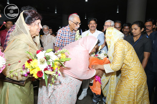 HH being welcomed by devotees at Mumbai Airport