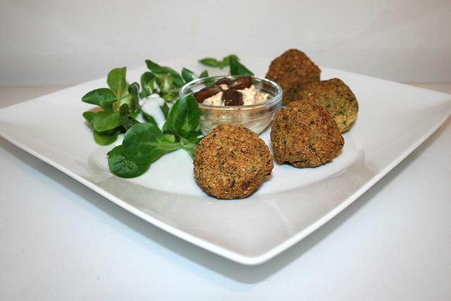 40 - Falafel with date cream - Side view / Falafel mit Dattelcreme - Seitenansicht