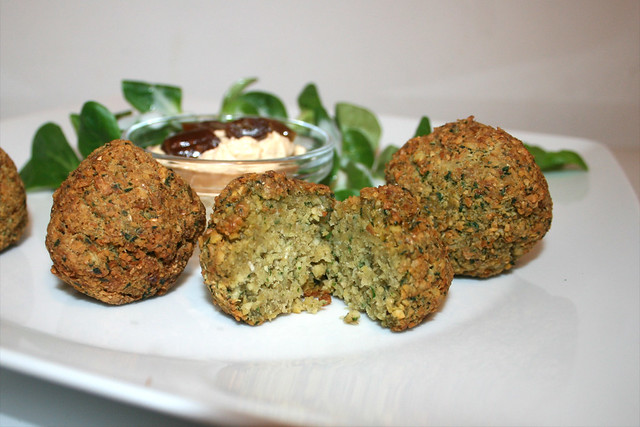 41 - Falafel with date cream - Lateral cut / Falafel mit Dattelcreme - Querschnitt