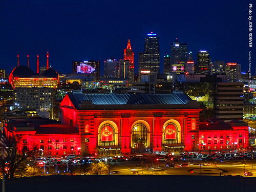 kc kcmo kansascity kansascitymo kansascitymissouri missouri skyline kcskyline kansascityskyline red redskyline kcskylineinred unionstation unionstationinred chiefs kcchiefs kansascitychiefs football americanfootball nfl nationalfootballleague playoffs nflplayoffs afcchampions superbowl superbowlweekend superbowlliv superbowl54 sanfrancisco49ers chiefsvs49ers nightbeforesuperbowl nightbeforesuperbowlliv night evening dusk aftersunset libertymemorial february 2020 february2020 saturdayevening february1st2020 1february2020 usa