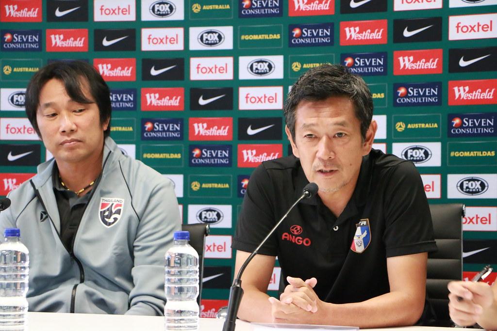 賽前記者會泰國隊總教練(左)、中華隊總教練越後和男。(中華足協提供)
