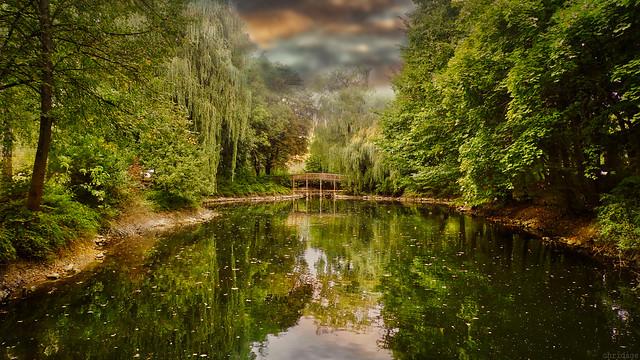 Kleine Brücke unter Trauerweiden