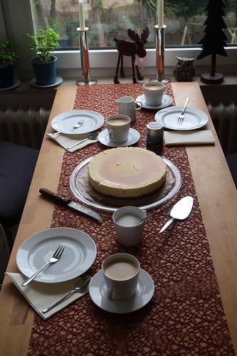 New York Cheesecake mit Caramel Topping (Tischbild)