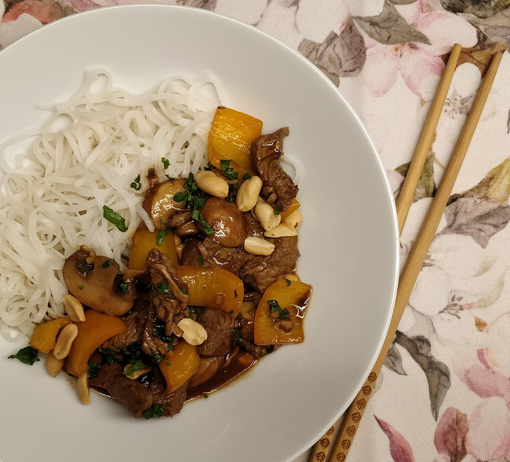 Reisnudeln mit Rindfleisch, Champignons und Paprika