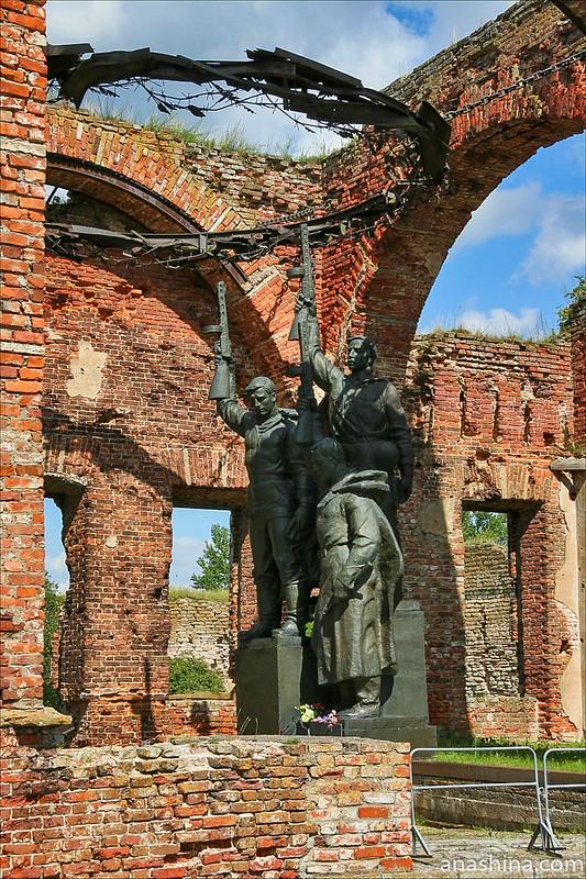 """Скульптура """"Клятва"""" и терновый венец, крепость Орешек"""