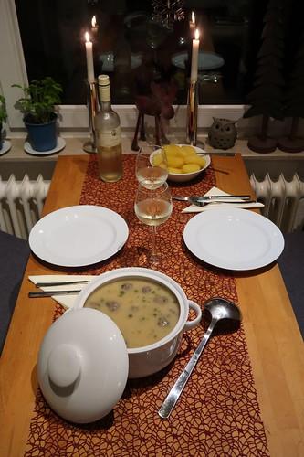 Königsberger Klopse mit Salzkartoffeln (Tischbild)
