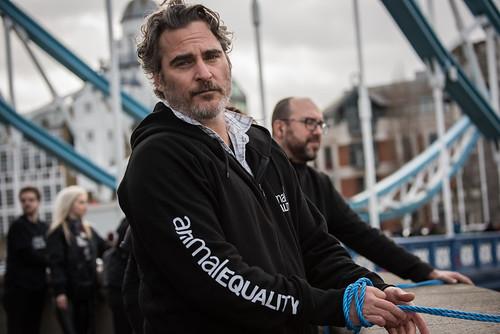 El actor nominado al Óscar Joaquin Phoenix se une a la organización internacional Igualdad Animal para protestar contra el impacto medioambiental de la ganadería industrial