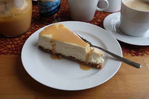 New York Cheesecake mit Caramel Topping und etwas zusätzlicher Karamellsoße