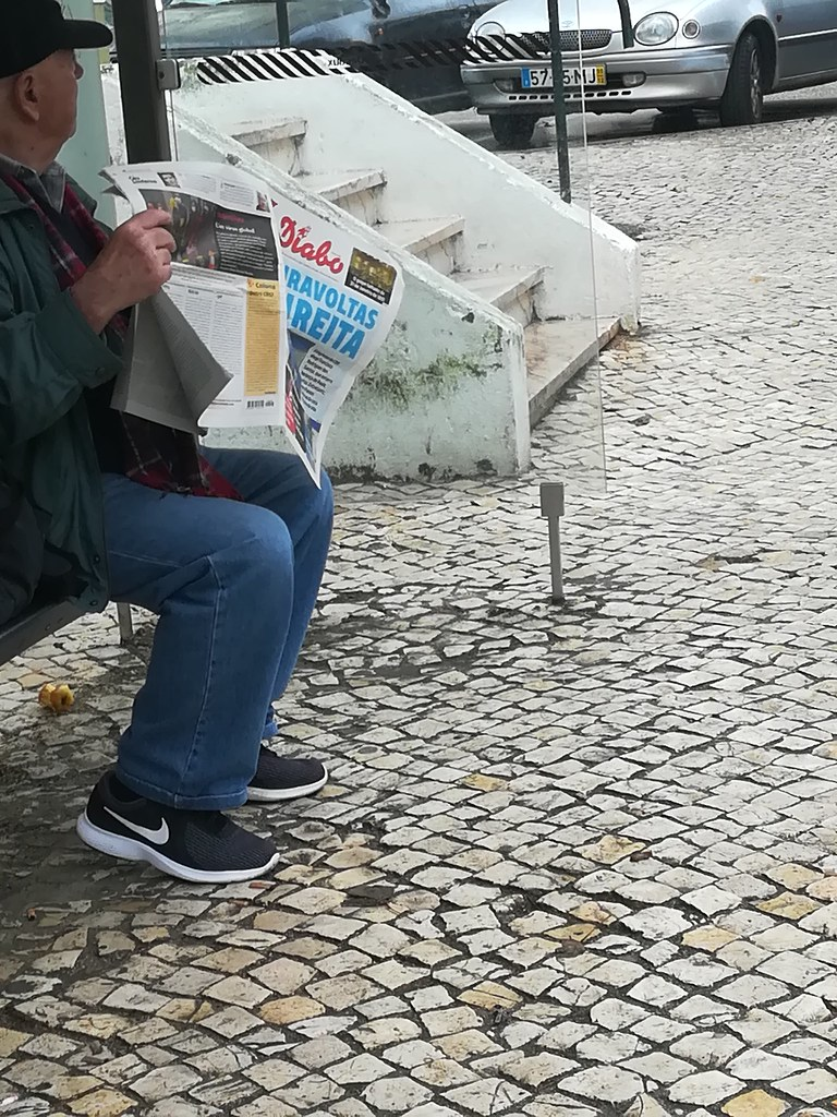 Ainda há quem leia jornais…, Bobadela — (c) Plúvio 2020
