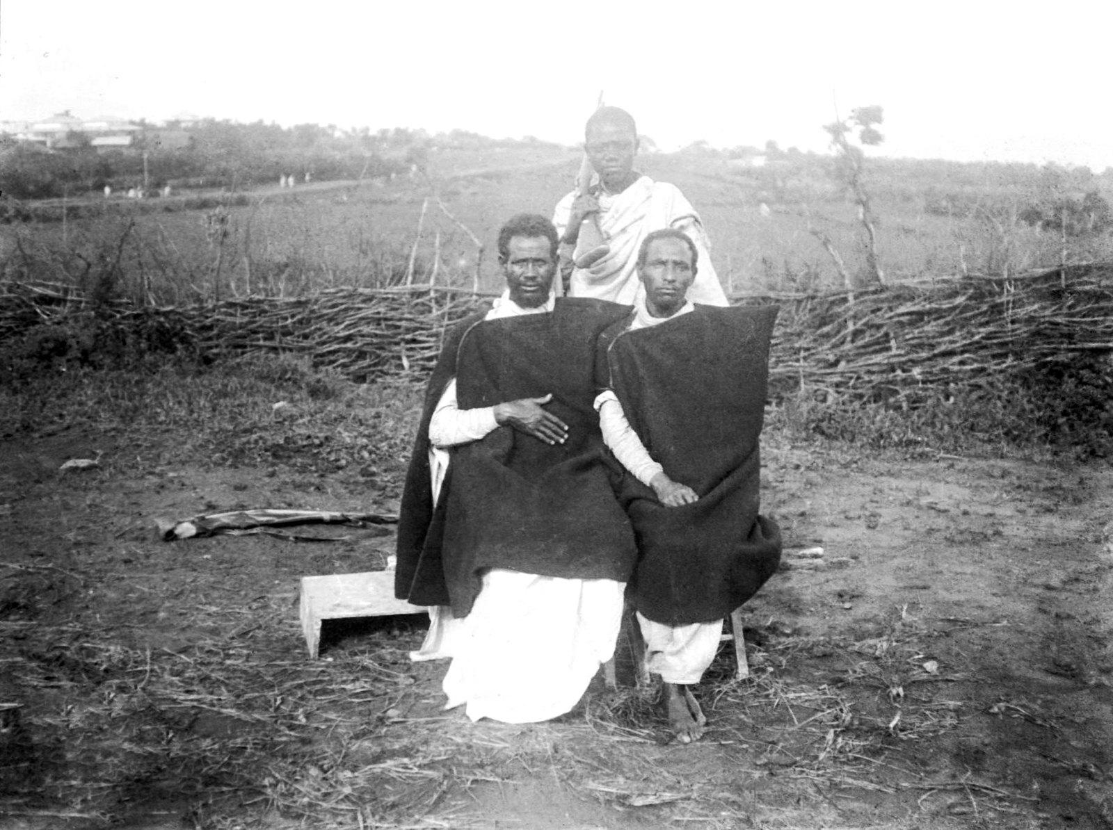 241. Два знатных абиссинца сидя; сзади их раб шангалиец