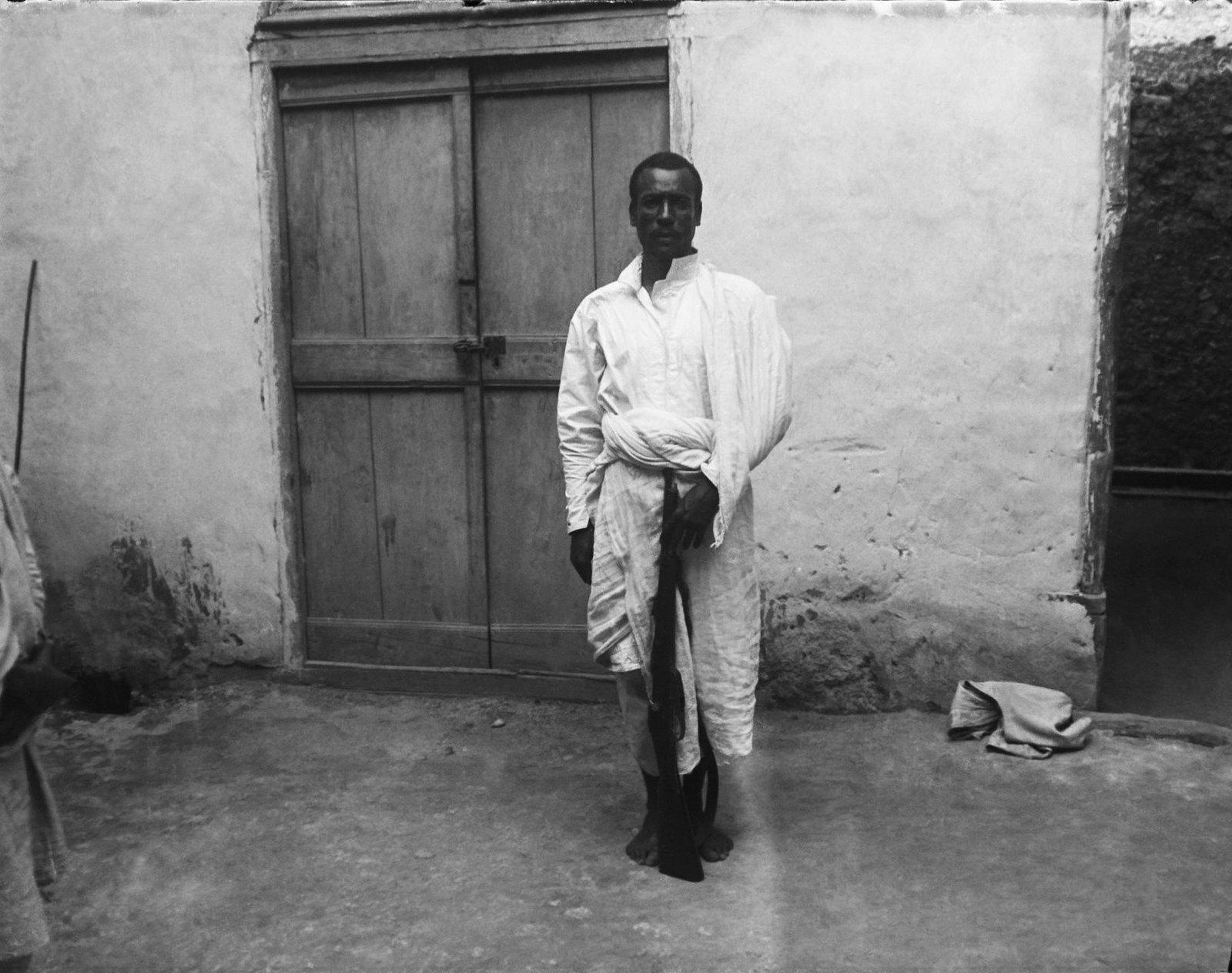 55. Харар. Обыкновенный способ носки шаммы - традиционной накидки